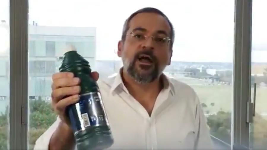 O ministro da Educação, Abraham Weintraub, insinua que o historiador Marco Antonio Villa precisa se limpar com água sanitária - Reprodução/Twitter