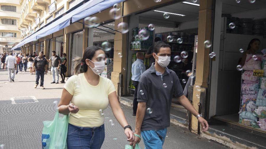 Movimento em rua de comércio durante a pandemia do novo coronavirus - Andre Porto/UOL
