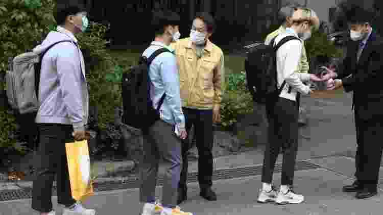 20.mai.2020 - Alunos da Coreia do Sul fazem fila para medir temperatura antes de entrar na escola - Chung Sung-Jun/Getty Images - Chung Sung-Jun/Getty Images