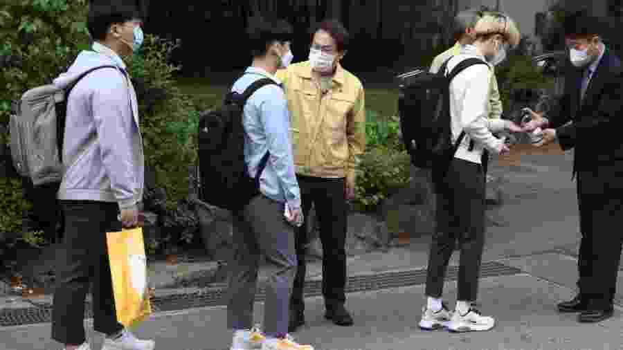 20.mai.2020 - Alunos da Coreia do Sul fazem fila para medir temperatura antes de entrar na escola - Chung Sung-Jun/Getty Images