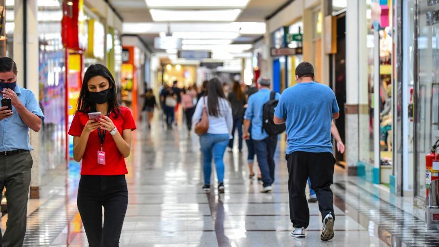 1º.jun.2020 - Movimento no Vale Sul Shopping, em São José do Campos, interior de São Paulo, no primeiro dia de reabertura das lojas - Lucas Lacaz Ruiz/Estadão Conteúdo