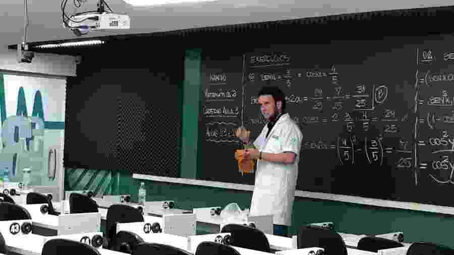 Curso investiu R$ 900 mil em aulas virtuais como as de Nando Nizoli, professor de matemática - Tuddo Comunicação