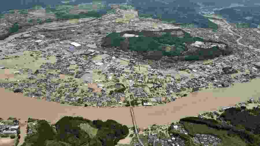 Vista aérea da área residencial inundada pelo Rio Kuma na cidade de Hitoyoshi, na província de Kumamoto - KYODO/REUTERS