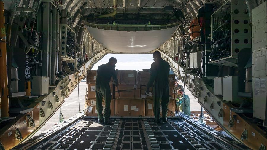 Militares carregam avião da FAB para viagem à terra indígena Yanomami, em Roraima, em julho de 2020 - Sd. A Soares/Força Aérea Brasileira