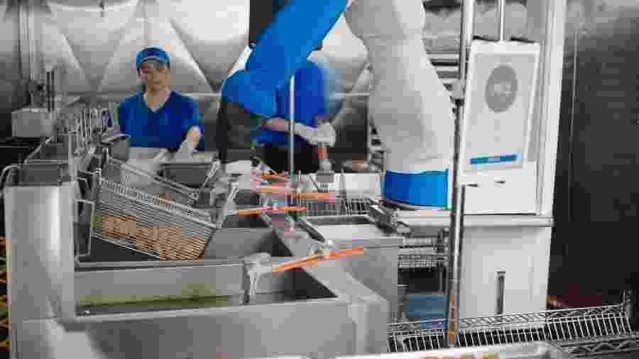 """Robô cuida da fritadeira com direito a """"chacoalhada"""" para garantir a uniformidade da fritura - Divulgação/ Miso Robotics"""