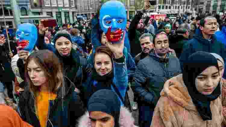 """Manifestantes em Paris seguram cartazes pedindo o fim do """"genocídio"""" dos uigures - Getty Images - Getty Images"""