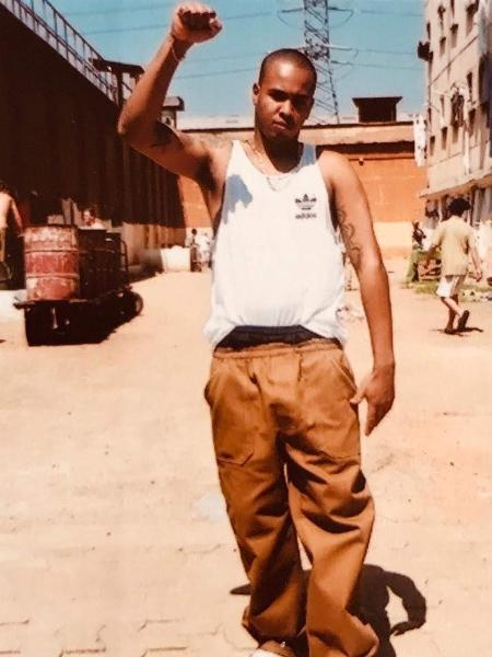 O rapper Afro-X, então mais um detento do sistema carcerário paulista, preso por roubo em 1994 - João Wainer/Divulgação