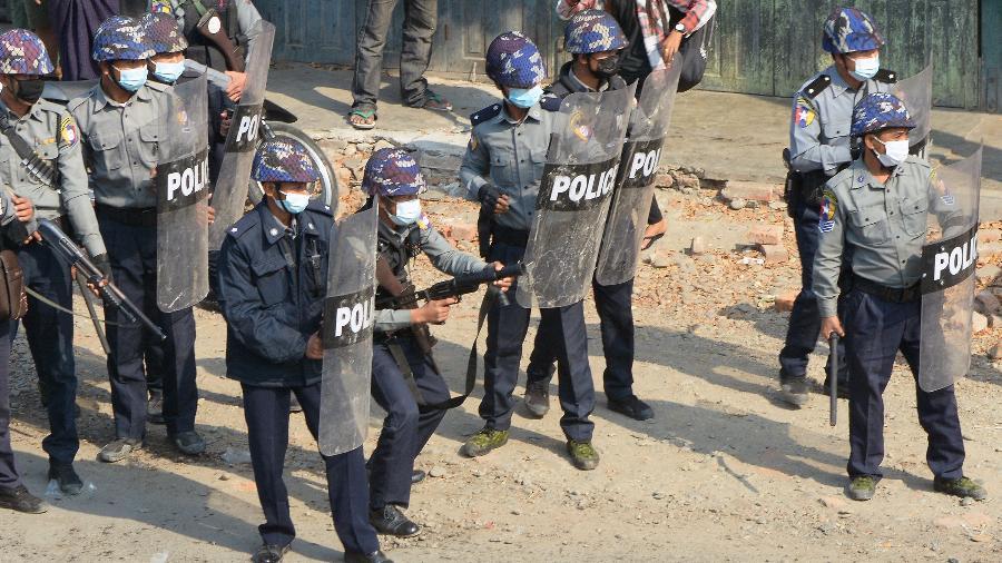 2.mar.2021 - Policiais entram em confronto com manifestantes na cidade de Kale, em Mianmar, durante protesto contra o golpe militar - STR/AFP