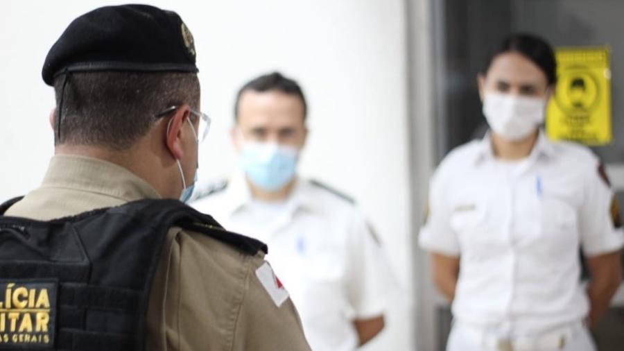 03.abr.2021 - Oficial da PM de MG repassa mensagem à tropa da saúde da 2ª Região da Polícia Militar - Divulgação/PMMG