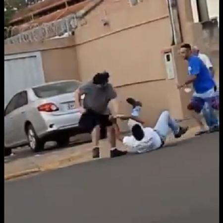 Presidente da Câmara Municipal de Cajuru (SP), Wagner Donizete Pereira (camisa branca), durante briga - Reprodução