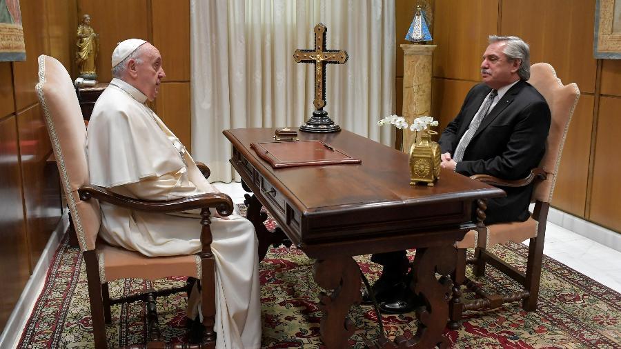 O Papa Francisco fala ao presidente da Argentina, Alberto Fernandez, durante seu encontro no Vaticano - Divulgação/Vaticano