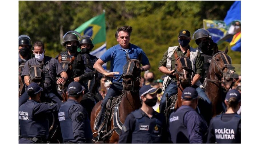 Bolsonaro anda a cavalo na Esplanada dos Ministérios durante ato golpista contra o Congresso e o Supremo no dia 31 de maio de 2020. Eis uma metáfora em seu discurso permanentemente sexualizado - Pedro Ladeira/Folhapress
