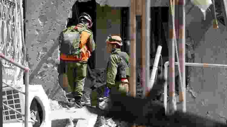 Soldados israelenses inspecionam um prédio em Ashkelon danificado por um foguete lançado de Gaza - Reuters - Reuters