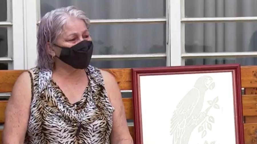 Maria de Lourdes vive longe de seu papagaio Lourão desde 2018 e mata a saudade com um quadro - Reprodução/ EPTV/ Globoplay