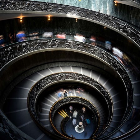 A escada em espiral do Museu do Vaticano, desenhada em 1932 por Giuseppe Momo - Gabriel Bouys/AFP