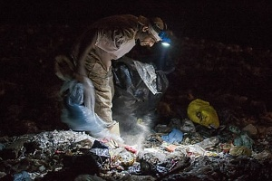 9.set.2015 - Homem trabalha na coleta de materiais no lixão de Peruíbe, no litoral sul de São Paulo