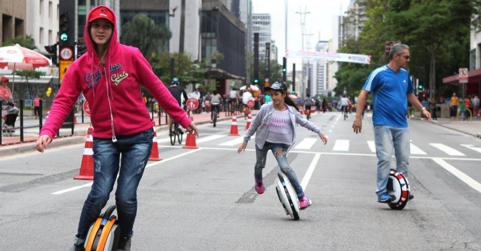 18.out.2015 - Jovens aproveitam a avenida Paulista, na região central de São Paulo, aberta para lazer neste domingo (18). Depois de dois testes realizados em junho e agosto, a prefeitura decidiu fechar a via para carros aos domingos, das 9h às 17h, apesar da oposição do Ministério Público