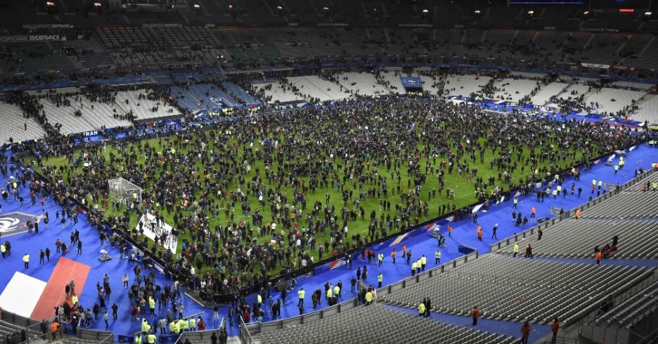 13.nov.2015 - Espectadores se concentram no gramado do estádio Stade de France no fim do amistoso de futebol entre a França e a Alemanha, após uma série de ataques terroristas que ocorreu em toda Paris, bem como explosões fora da estádio nacional, em Saint-Denis, ao norte de Paris, na França