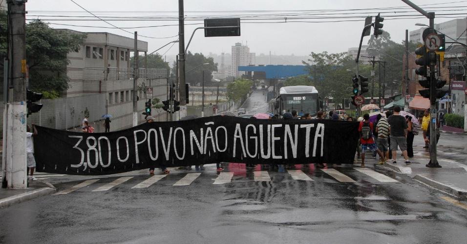 12.jan.2016 - Manifestantes bloqueiam terminal de ônibus de Santo Amaro, em São Paulo, em protesto contra o aumento da tarifa do transporte público