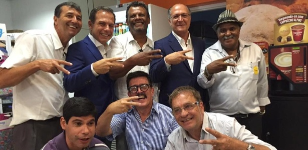 Alckmin (blazer azul à direita) posa para foto com Doria Jr. (também de blazer azul)