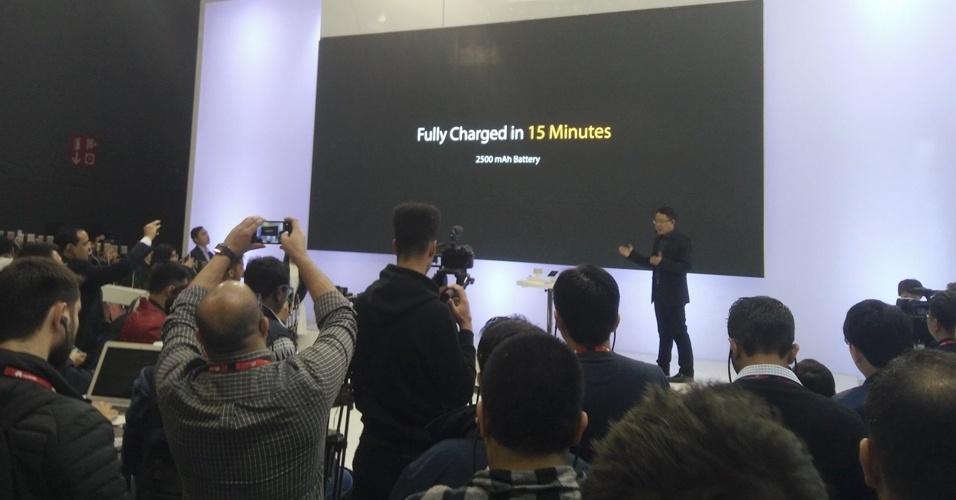23.fev.2016 - A empresa chinesa Oppo anunciou uma tecnologia que permite recarregar smartphones em apenas 15 minutos. Chamada Super VOOC, a novidade faz com que uma bateria de 2.500 mAh vá do 0% aos 100% nesse curto espaço de tempo, e ela funciona com cabos microUSB ou USB-C