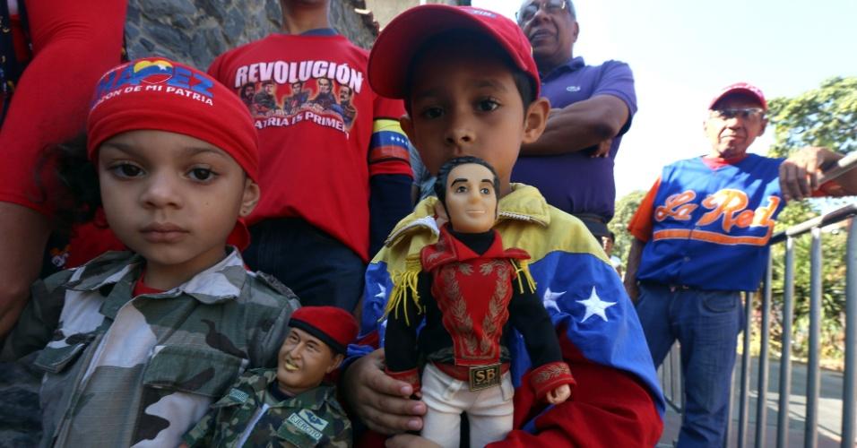 5.mar.2016 - Meninos participam das homenagens ao ex-presidente Hugo Chávez da Venezuela, morto há três anos. As comemorações pela morte Chávez devem durar dez dias