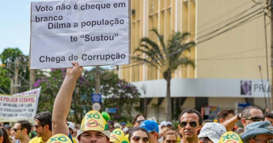 13.mar.2016 - Manifestantes erguem cartaz durante ato contra o governo Dilma Rousseff em Goiânia (GO). A imagem foi enviada pelo internauta Leonardo Guimarães para o WhatsApp do UOL Notícias - (11) 95520 5752
