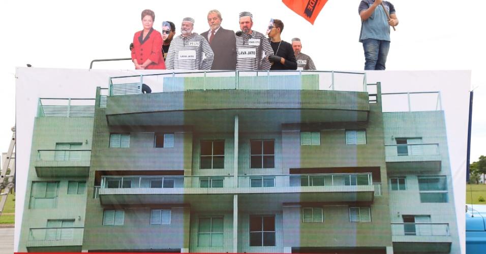 13.mar.2016 - Manifestantes reproduzem o tríplex localizado no Guarujá (SP) que seria do e ex-presidente Luiz Inácio Lula da Silva (PT), durante o protesto contra o governo, em Brasília. O condomínio era um empreendimento da Bancoop (Cooperativa Habitacional dos Bancários de São Paulo), que foi transferido para diversas incorporadoras, entre elas a OAS