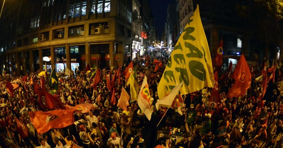 15.abr.2016 - Manifestantes ligados à sindicatos, entidades de classe e populares concentram-se em frente do Palácio Piratini, no centro de Porto Alegre (RS), para caminhada em apoio à presidente Dilma Rousseff e contra o impeachment