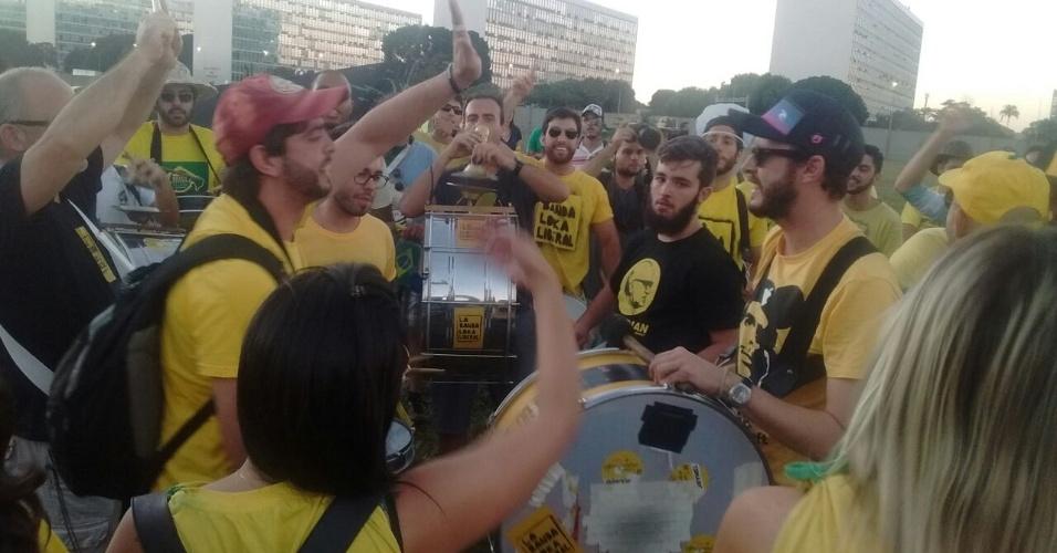 16.abr.2016 - Grupo a favor do impeachment da presidente Dilma Rousseff faz ato no lado do muro reservado aos manifestantes pró impeachment, em frente ao Congresso Nacional