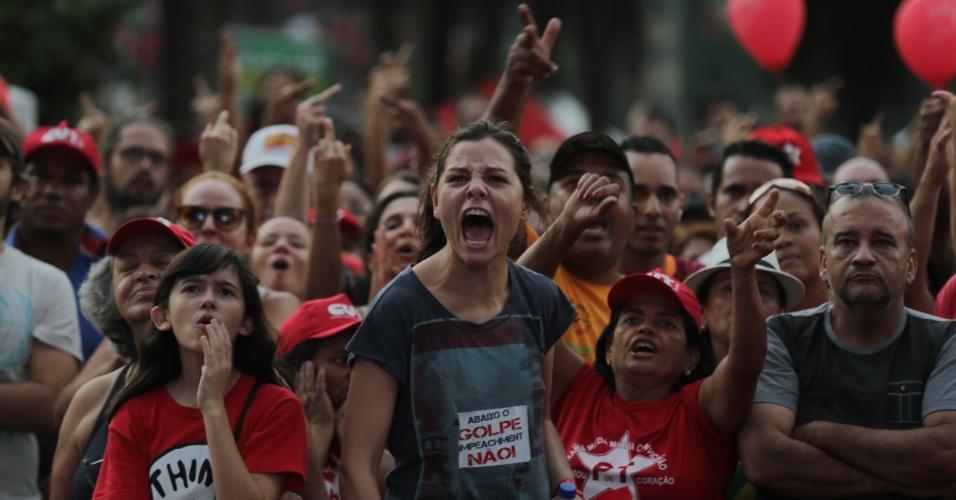 117.abr.2016 - Manifestante grita palavras de ordem durante ato contra o impeachment no Vale do Anhangabaú, no centro de São Paulo
