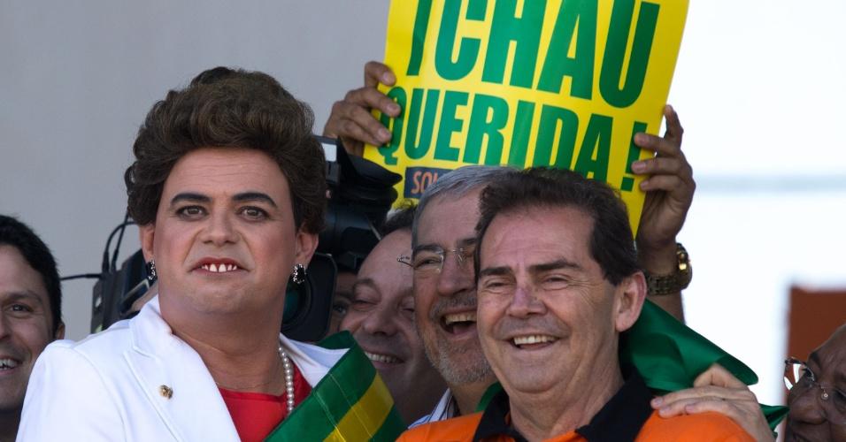 """1º.mai.2016 - O presidente da Força Sindical, o deputado federal Paulinho da Força (SD-SP) --ao lado do humorista do """"Pânico"""" Carioca, fantasiado de Dilma Rousseff--, discursa em evento do Dia do Trabalho promovido pela Força Sindical na Praça Campo de Bagatelle, na zona norte de São Paulo (SP). Paulinho criticou o """"pacote de bondades"""" que a presidente Dilma Rousseff anunciou. Segundo ele, é um ato mais de desespero e vingança do que uma medida para beneficiar a população"""