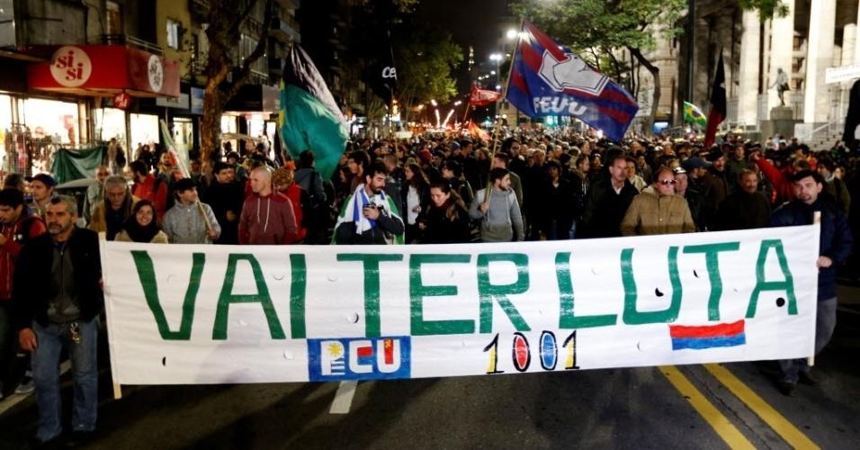 10.mai.2016 - Manifestantes fazer um protesto em apoio à presidente Dilma Rousseff no centro de Montevidéu, no Uruguai. Nesta quarta-feira (11), senadores votam a admissão do processo de impeachment no Senado Federal. Se aprovado, a presidente do Brasil será afastada do cargo por 180 dias