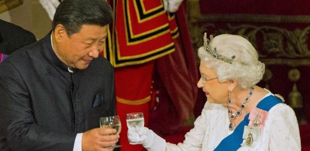 20.out.2015 - O presidente da China Xi Jinping e a rainha Elizabeth 2ª participam de jantar no Palácio de Buckingham, em Londres