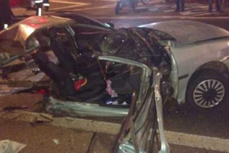 29.mai.2016 - Um carro ficou partido ao meio e completamente destruído após um acidente na noite de sábado (28) na BR-369 (Rodovia Melo Peixoto), em Londrina (PR). Uma pessoa ficou ferida e não corre risco de morte