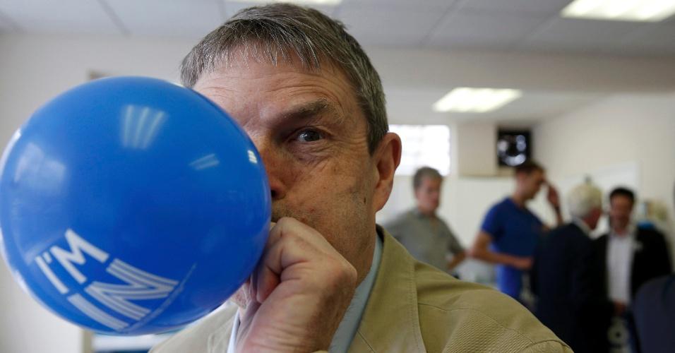 21.jun.2016 - Voluntário enche balão de campanha pela permanência do Reino Unido na União Europeia antes da chegada do premiê David Cameron, em Wandsworth, no sul de Londres