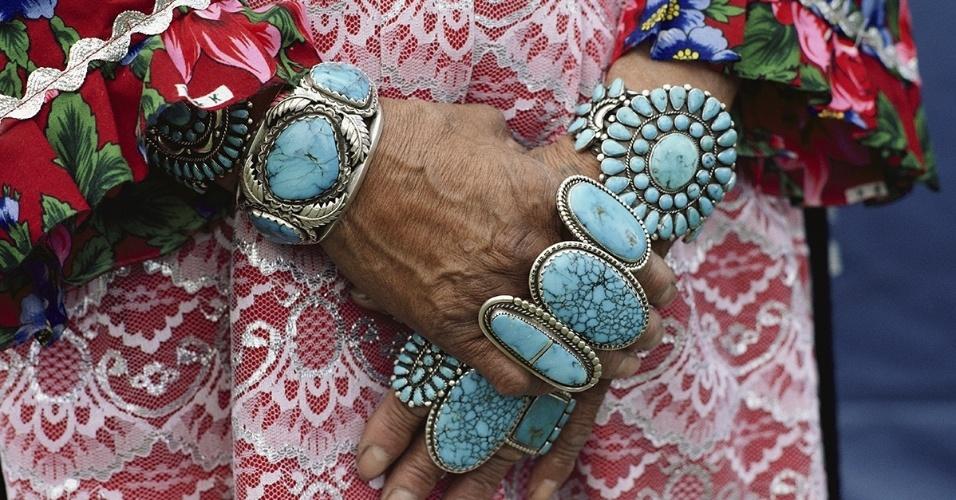 29.jun.2016  - Mãos e pulsos de uma mulher Zuni cheios de aneis e braceletes de turquesa. Joalheiros da tribo costumam usar pedras preciosas em seus trabalhos