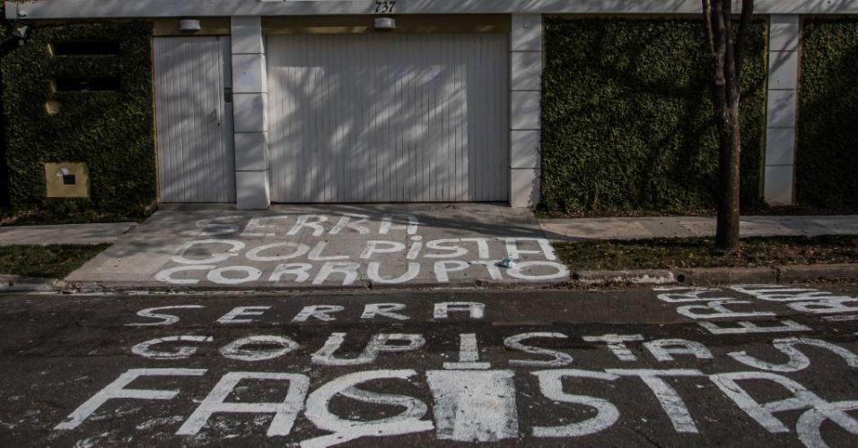 """14.jul.2016 - A calçada e o asfalto na frente da casa do ministro José Serra na zona oeste de São Paulo foi pichada por integrantes de movimentos sociais. Entre as palavras de ordem escritas no local, estão """"golpista"""", """"corrupto"""" e """"fascista"""""""