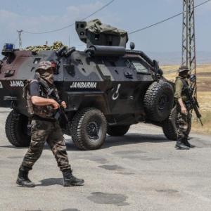 Soldados turcos bloqueiam estrada em Diyarbakir, no sul da Turquia