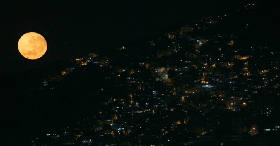 17.ago.2016 - Durante as Olimpíadas, a lua ilumina a favela do Vidigal, no Rio de Janeiro