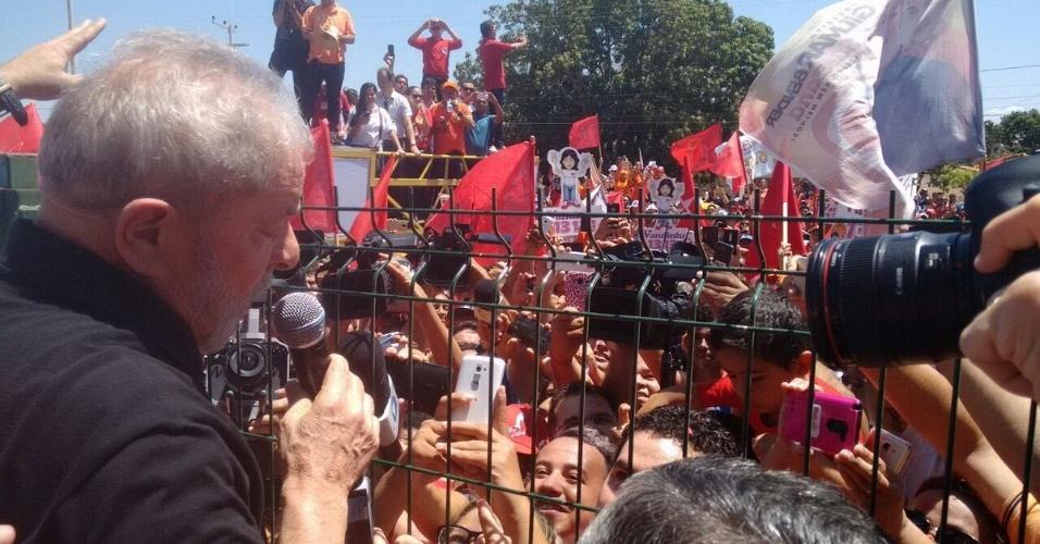21.set.2016 - Lula saúda população na chegada à Juazeiro do Norte (CE). O ex-presidente começa nesta quarta-feira um tour por cidades do Nordeste, onde fará campanha para candidatos do PT