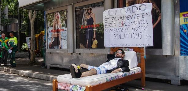 Manifestante improvisa uma cama durante um protesto contra a mudança no projeto anticorrupção e em apoio a Lava Jato, na avenida Paulista, São Paulo