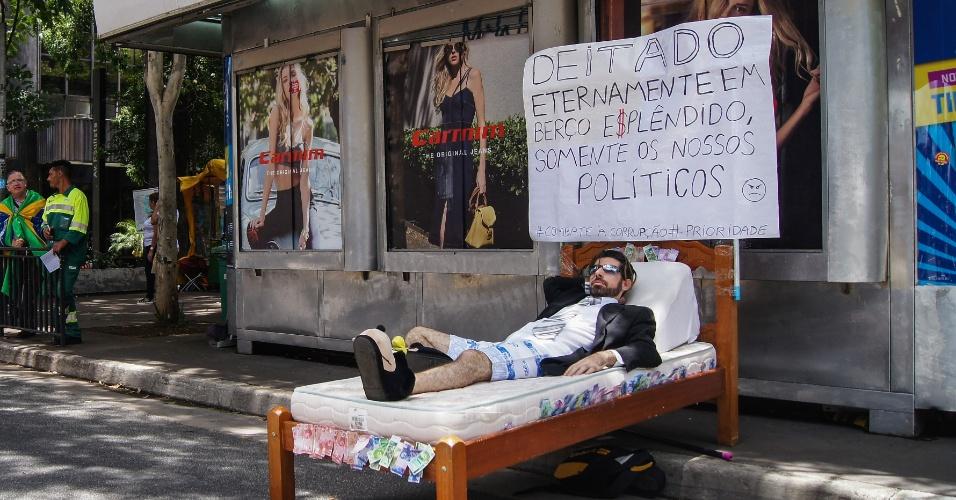 4.dez.2016 - Manifestante improvisa uma cama durante um protesto contra a mudança no projeto anticorrupção e em apoio a Lava Jato, na avenida Paulista, São Paulo