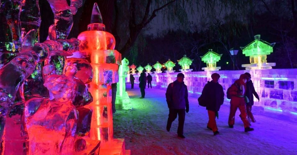 26.dez.2016 - Escultura do 43º festival de lanternas de gelo de Harbin, na China. As lanternas de gelo eram usadas no passado para iluminação durante a pesca noturna no rio Songhua
