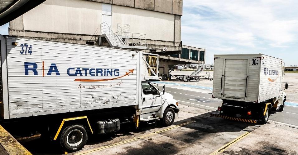 Assim, que o avião estaciona no portão de embarque, os caminhões já partem para recolher o que sobrou do voo anterior e reabastecer o avião para a próxima viagem
