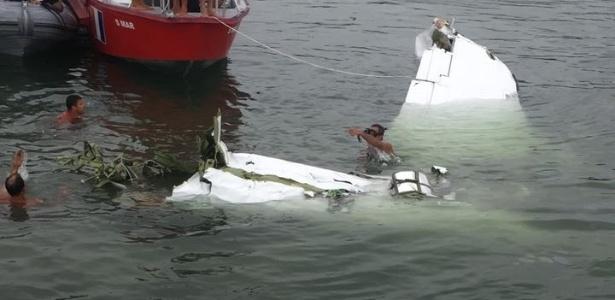 20.jan.2017 - Homens da Marinha, Aeronáutica e Bombeiros trabalham no resgate de vítimas do acidente aéreo que matou o ministro do STF, Teori Zavascki, em Paraty (RJ)