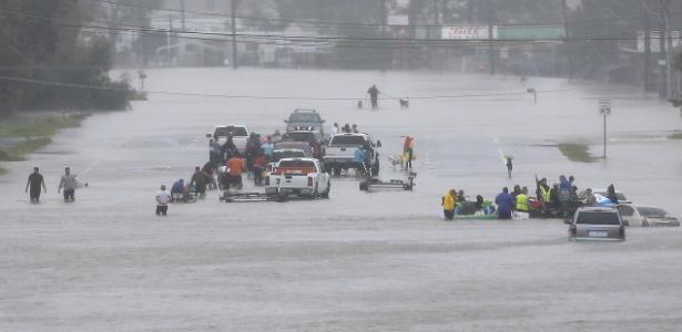 28.ago.2017 - Moradores aguardam por resgate em região inundada em Beaumont, Houston, Texas - Jonathan Bachman/ Reuters