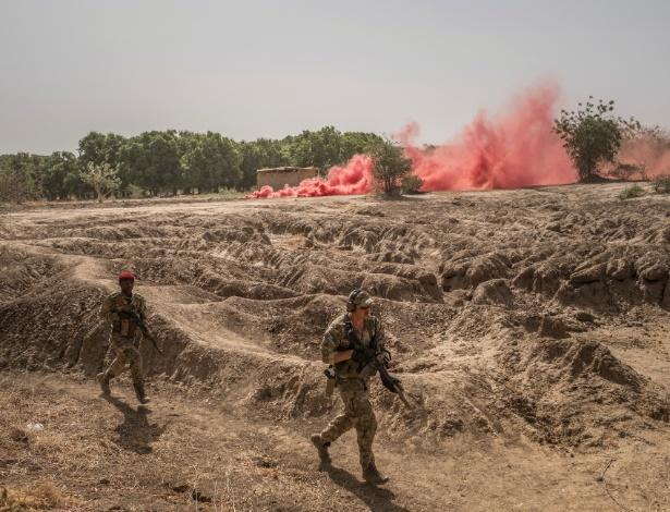 Um treinador das Forças Especiais dos EUA, à direita, leva os soldados chilenos antiterroristas a um ponto de extração após um assalto simulado durante o exercício militar Flintock 2017, perto do rio Chari em N'Djamena, no Chade