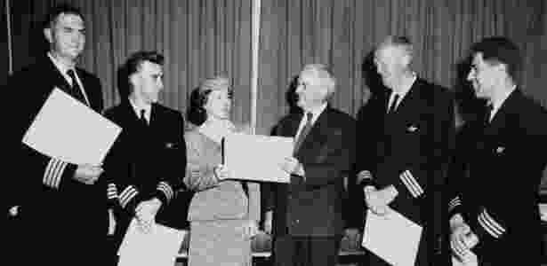 Tripulação comandada pelo piloto Richard Ogg (1º à esq.) recebe homenagem (Frank Garcia, engenheiro de voo, é o 1º à dir.) - Pan Am Historical Foundation via The New York Times