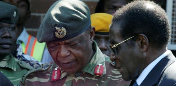 General Constantino Chiwenga e o presidente do Zimbábue, Robert Mugabe